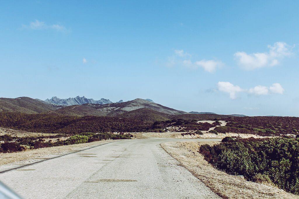 schlechte Nebenstrasse ueber ein Hochplateau auf Sardinien