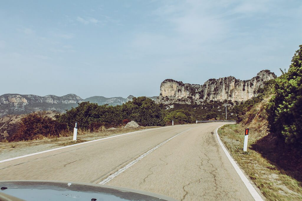 Bergstrasse im Hochland von Sardinien