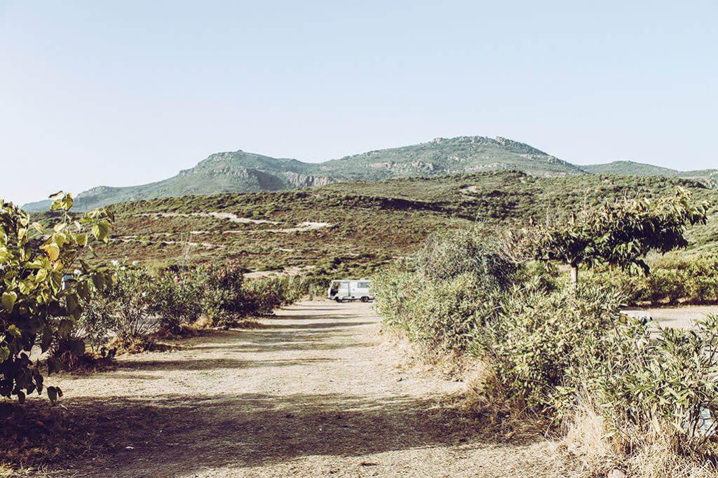 kleiner Campingplatz mit unbefestigtem Untergrund