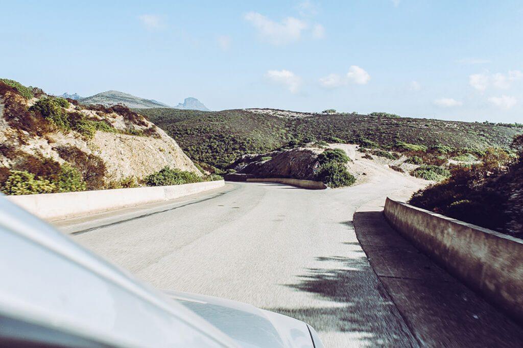 Weggabelung auf Hochplateau auf Sardinien
