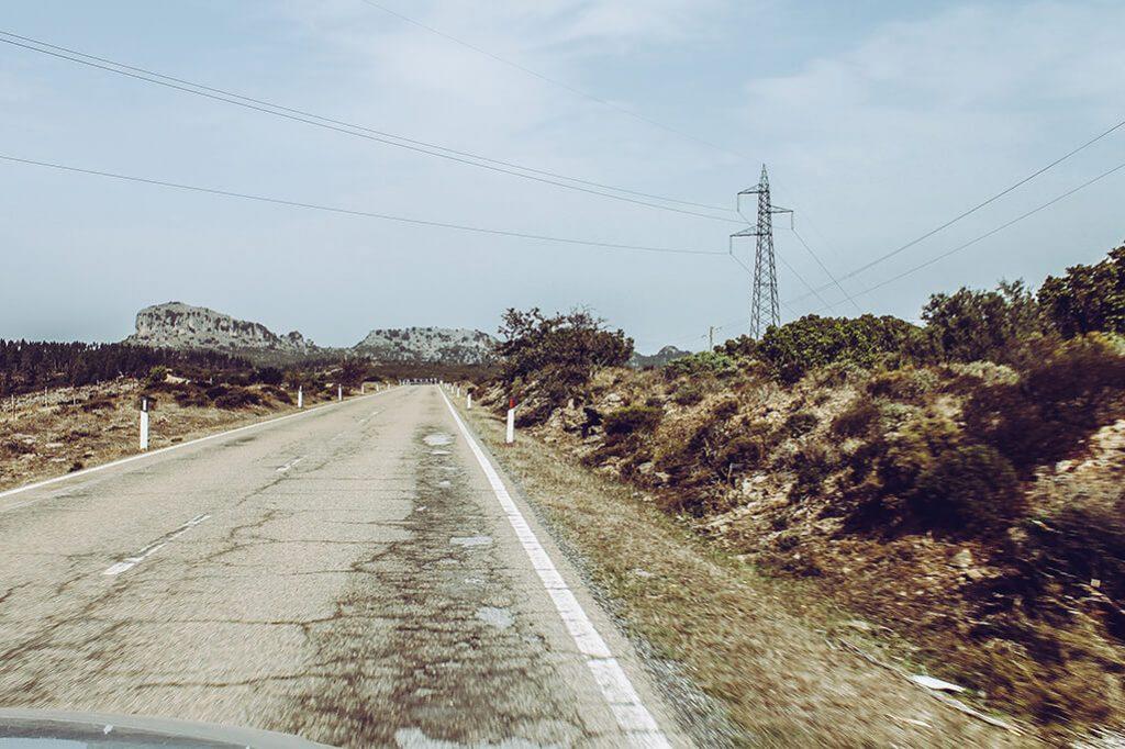 eine einsame Strasse im Hochland von Sardinien