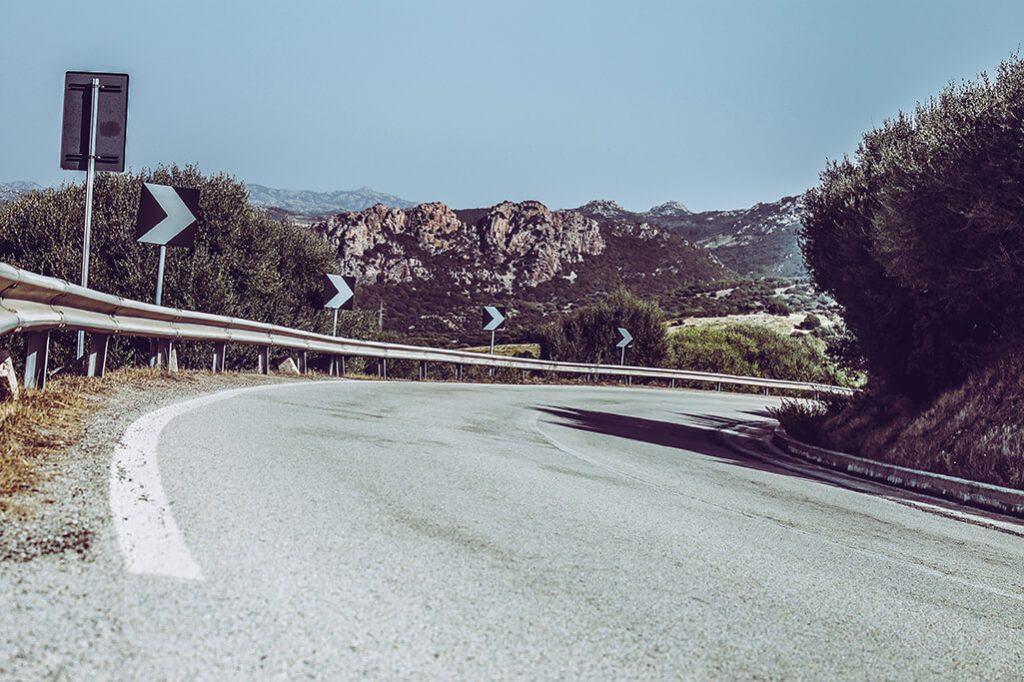 kurvige Strasse auf Sardinien