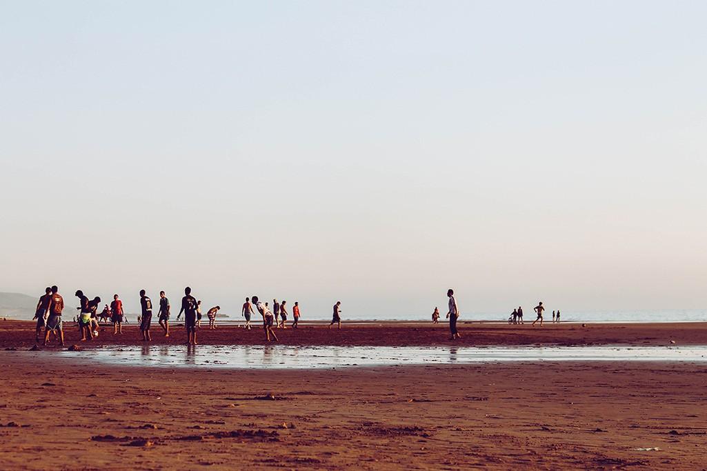 Fussballspieler am Strand von Taghazout