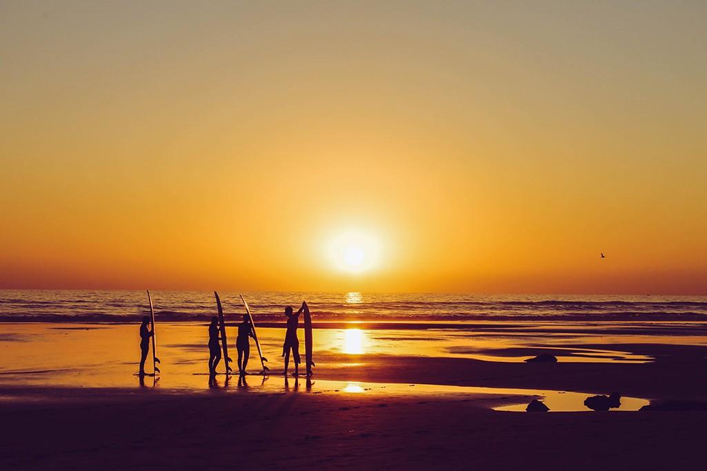 Sonnenuntergang mit Surfern