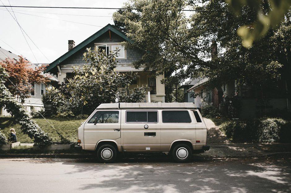 VW T3 vor einem Haus in Amerika