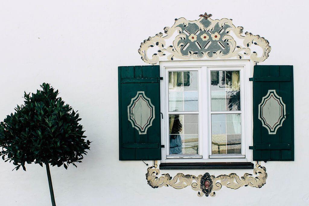 Fenster in altem Bauernhaus auf dem Gut Ising