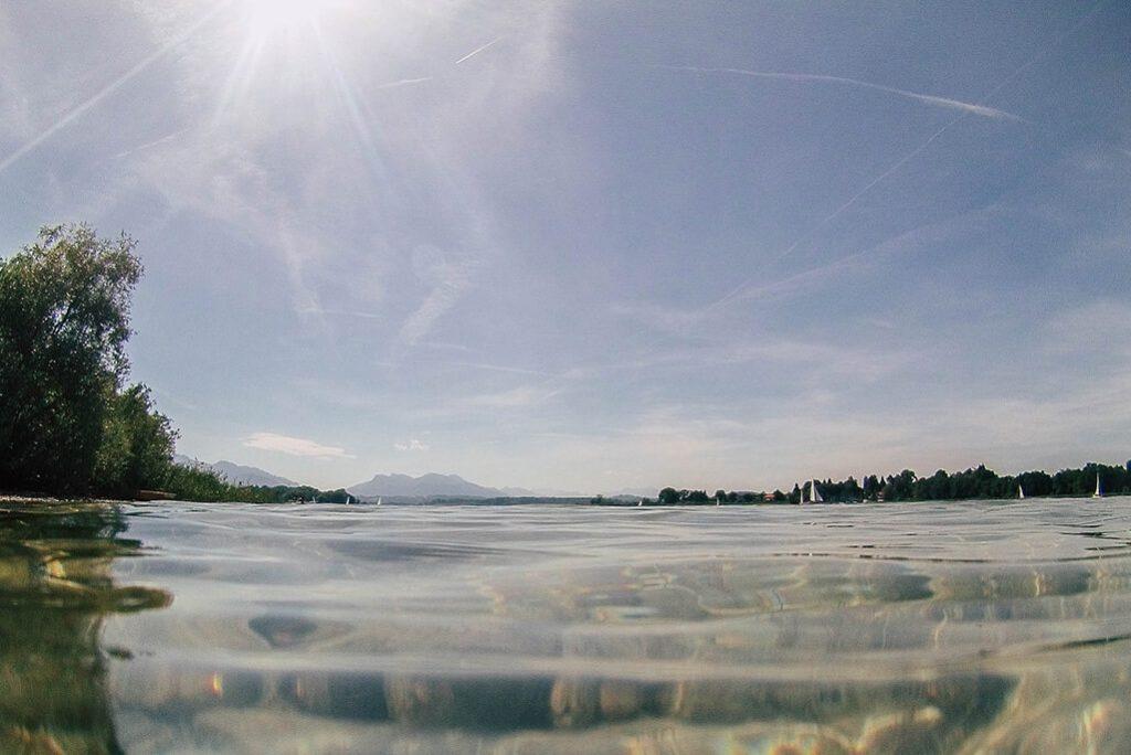 Blick auf den Chiemsee vom Wasser aus