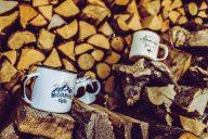 Emaille Becher auf Holzstapel