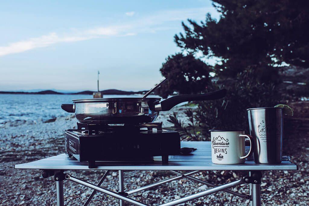 Emaille Geschirr auf Campingtisch