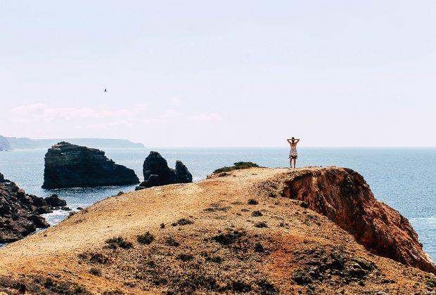 Person an der Kueste der Algarve