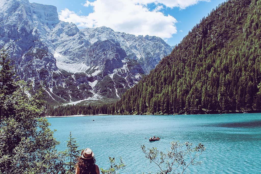Person schaut auf Lago di Braies