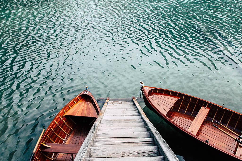 Holztreppe am Bootshaus am Pragser Wildsee