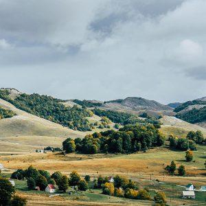 Blick ins Hinterland bei einem Roadtrip durch Montenegro