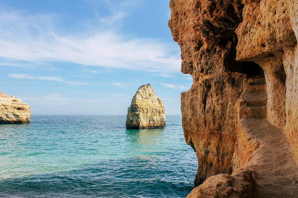 Kueste mit in den Fels gehauenem Weg an der Algarve