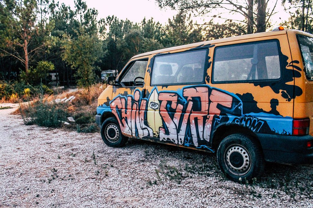 bemalter VW-Bus im Chill and Surf Camp
