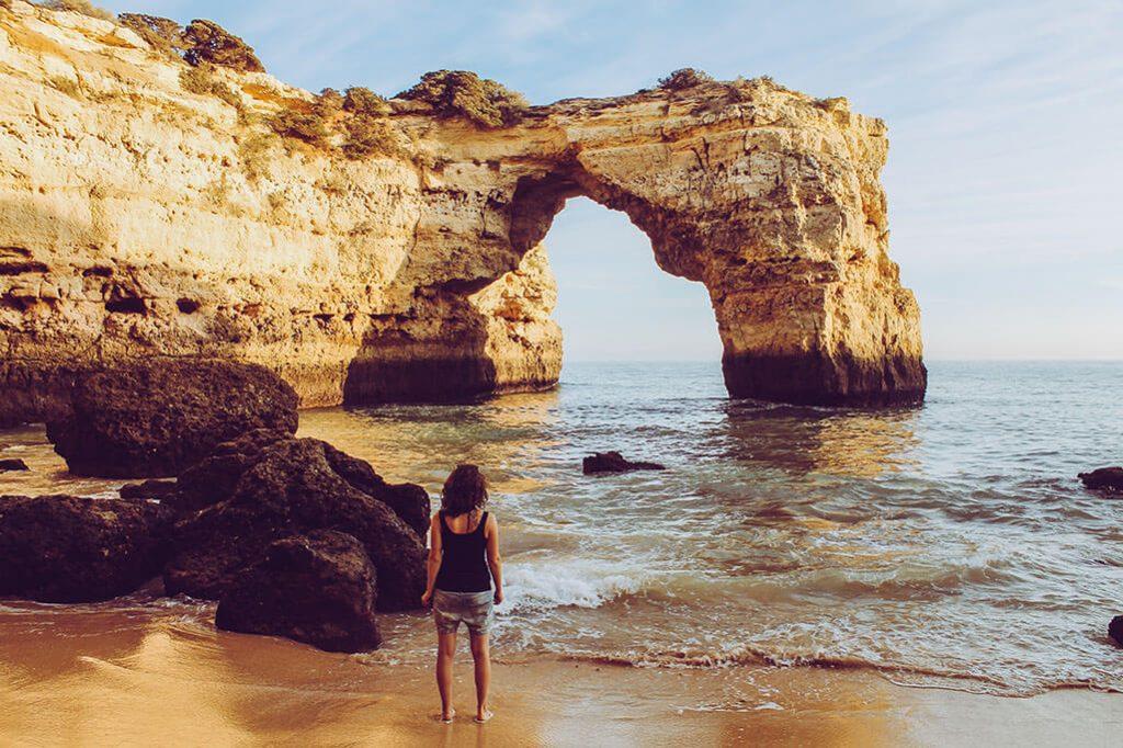 Person blickt auf Kueste an der Algarve