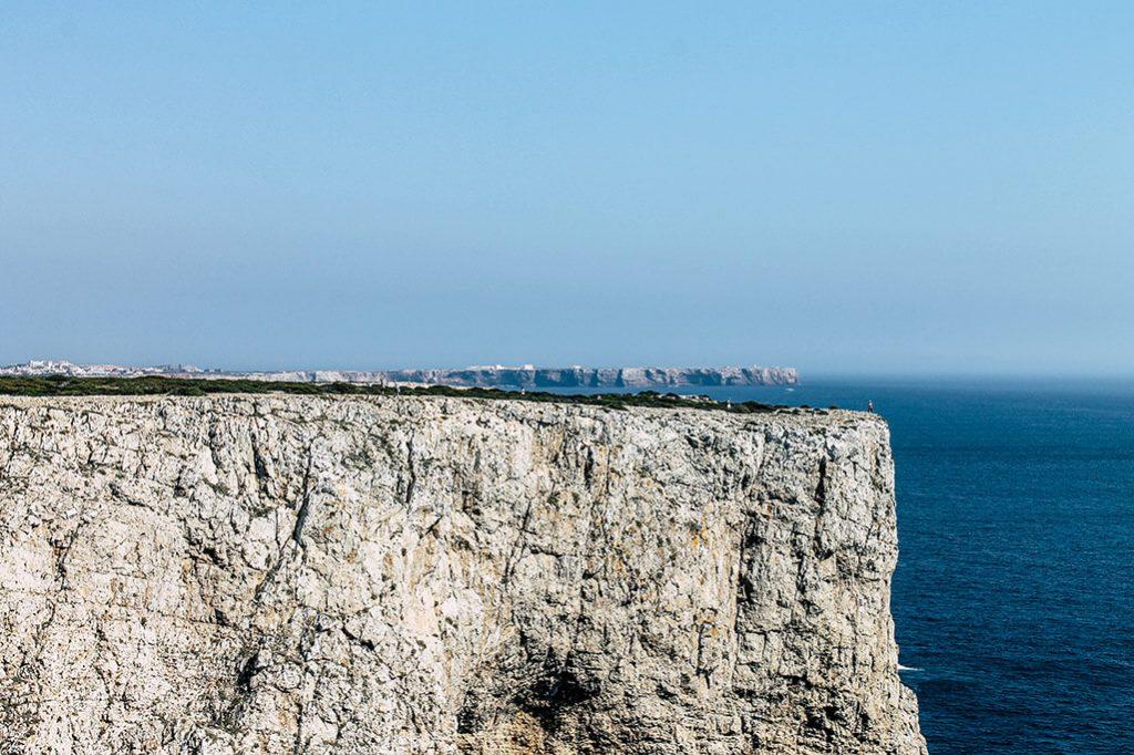 Blick auf eine Klippe bei Lagos in Portugal