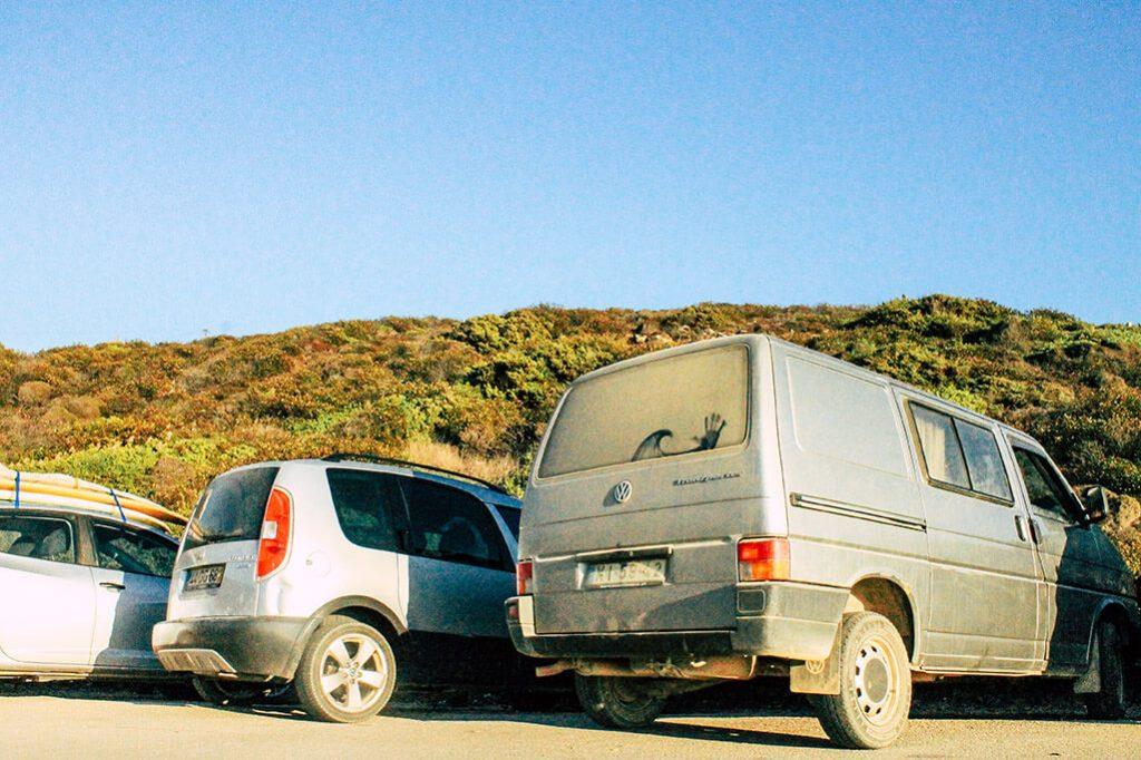 parkende Autos am Strand von Odeceixe