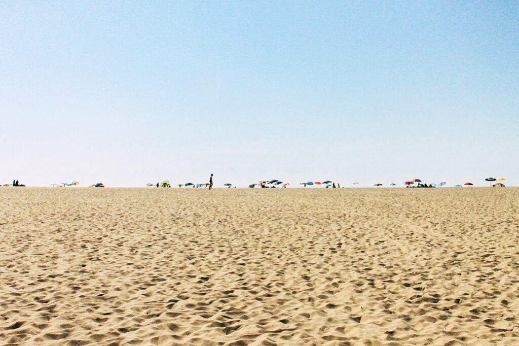 Blick auf den Strand von Odeceixe mit Sonnenschirmen