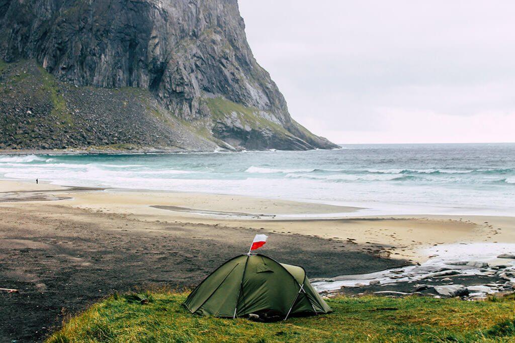 Ein Zelt trotzt dem Wetter in der Kvalvika Bucht