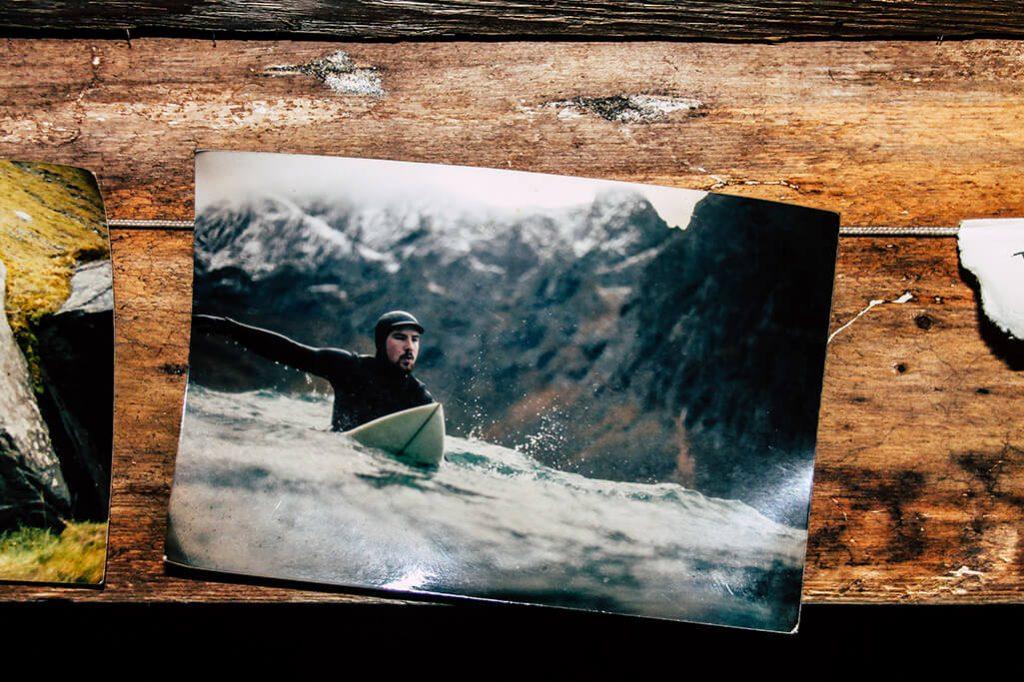 Foto mit Surfer im Haus in der Kvalvika Bucht
