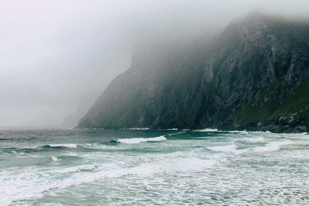 Blick auf die Steilkueste seitlich vom Kvalvika Strand