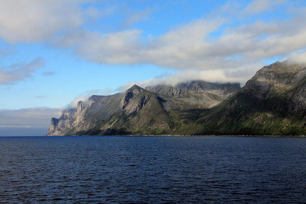 Aussicht auf die Berge im Mefjord