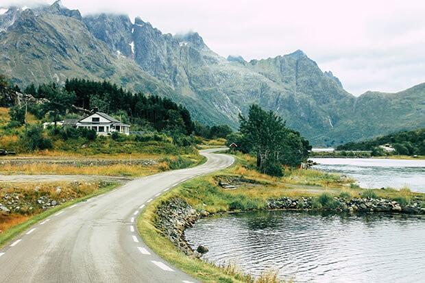 Straße in Norwegen auf den Lofoten