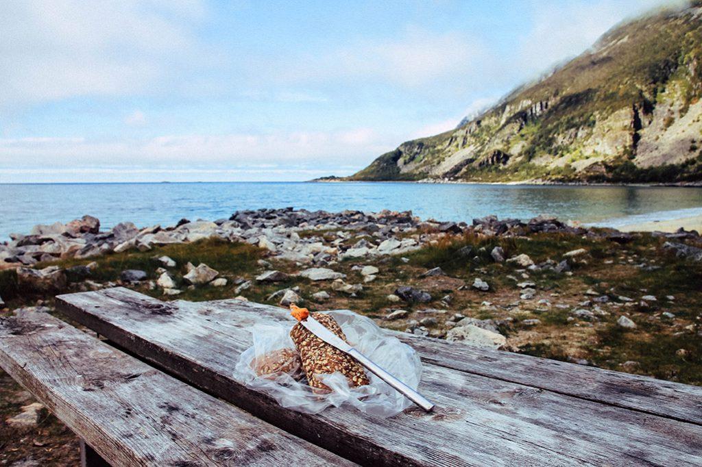 Aussicht beim Frühstück auf den Strand bei Bøvær