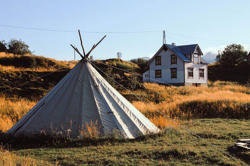 Zelt mit Haus im Hintergrund auf Senja