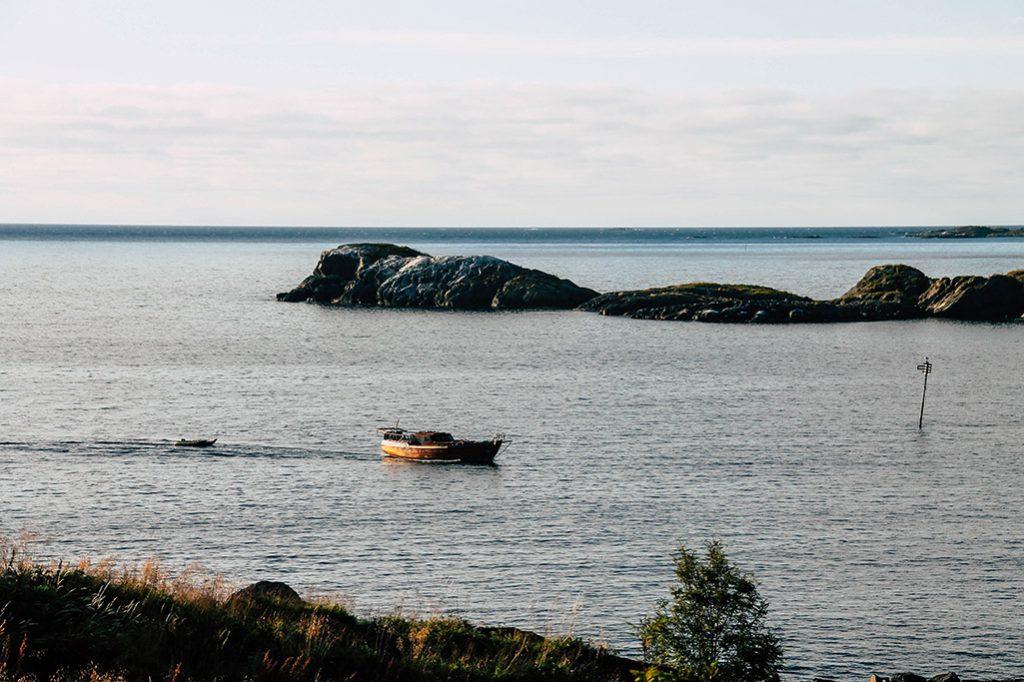 Ein Boot in der Bucht bei Hamn