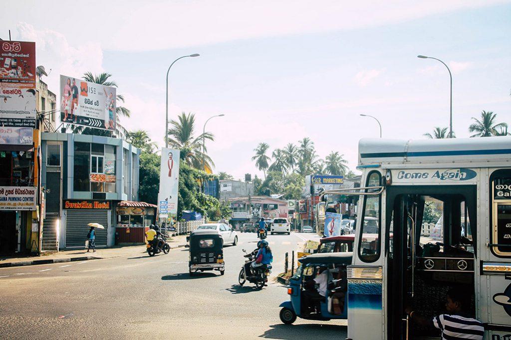Blick von der Bushaltestelle in de Straßen Tangalles