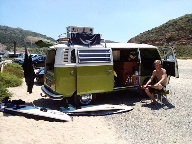 VW T2 in Portugal am Strand