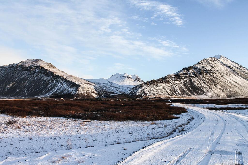 Berge entlang der Ringstrasse in Island