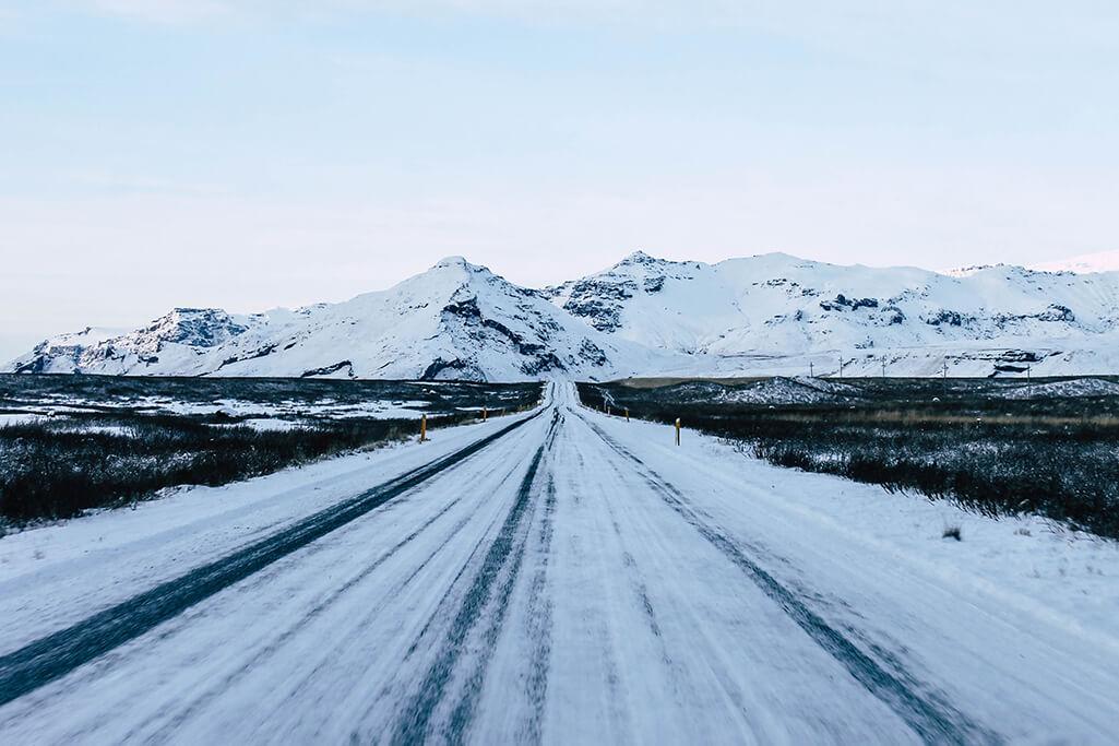 Verschneite Strasse im Sueden von Island