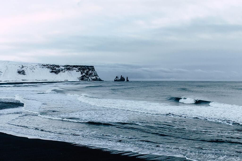 Blick von oben auf den Schwarzen Strand bei Vik