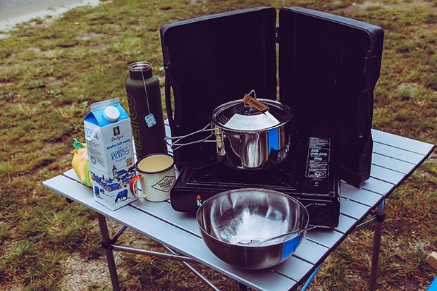 Campinggeschirr auf Campingtisch