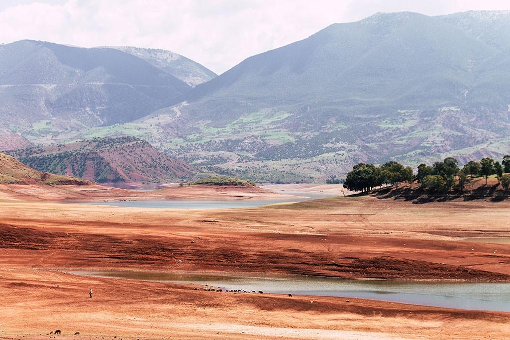 ausgetrocknetes Ufer am Barrage Bin el Ouidane
