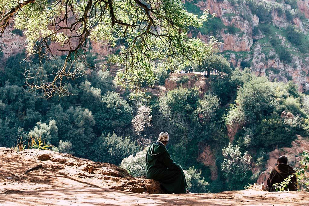 Marokkaner blicken auf den Ouzoud Wasserfall
