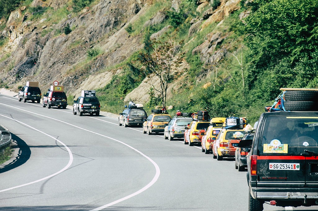Rallyefahrzeuge auf dem Weg in die Innenstadt