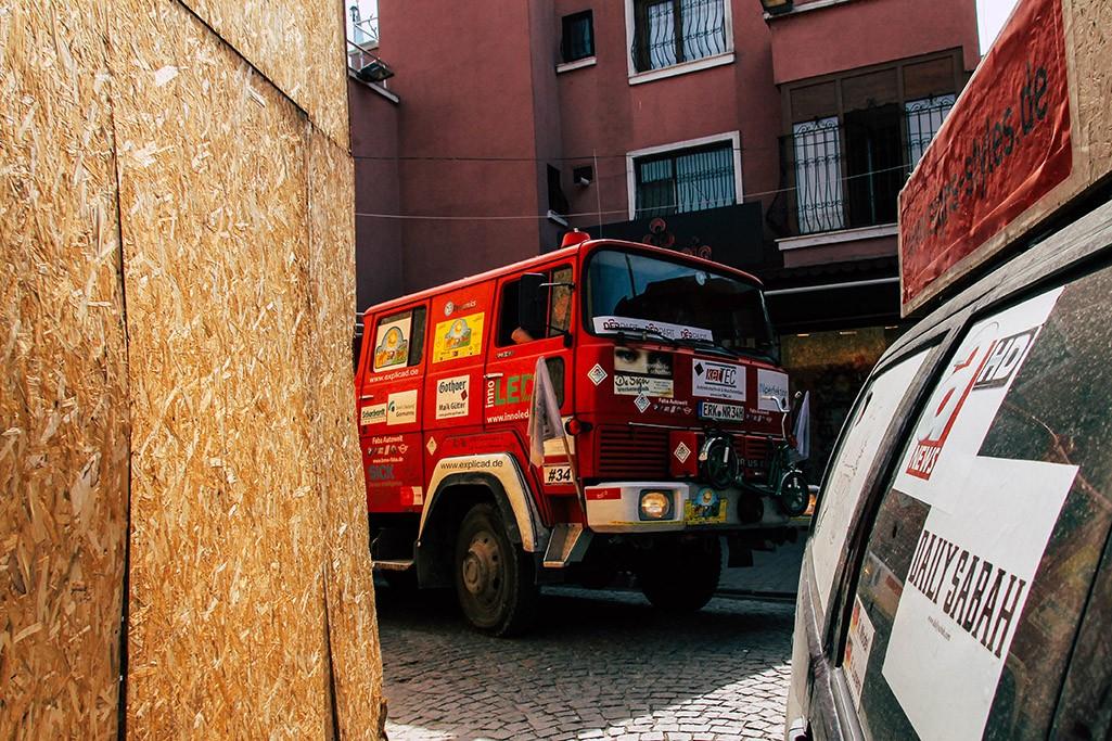 Feuerwehrauto biegt um Ecke in Innenstadt von Istanbul