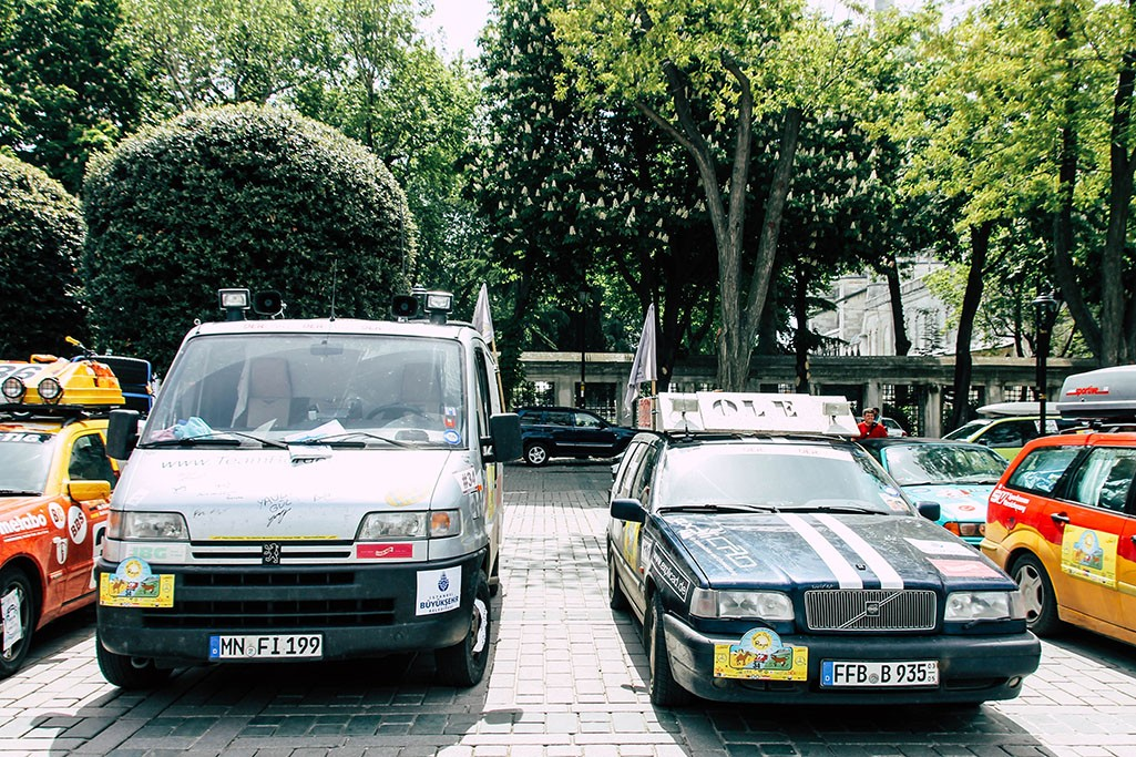 Peugeot Boxer und Volvo 850 in Istanbul