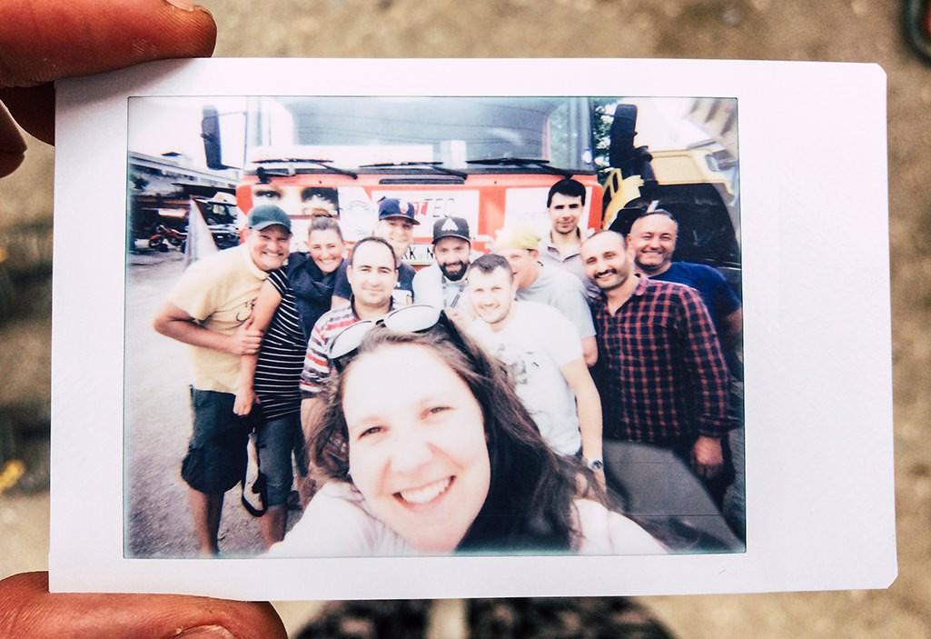 Gruppenfoto Polaroid Bild mit Mechanikern in der Tuerkei