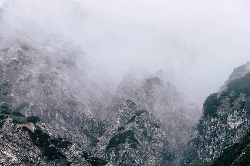 Nebelwand vor Bergkulisse