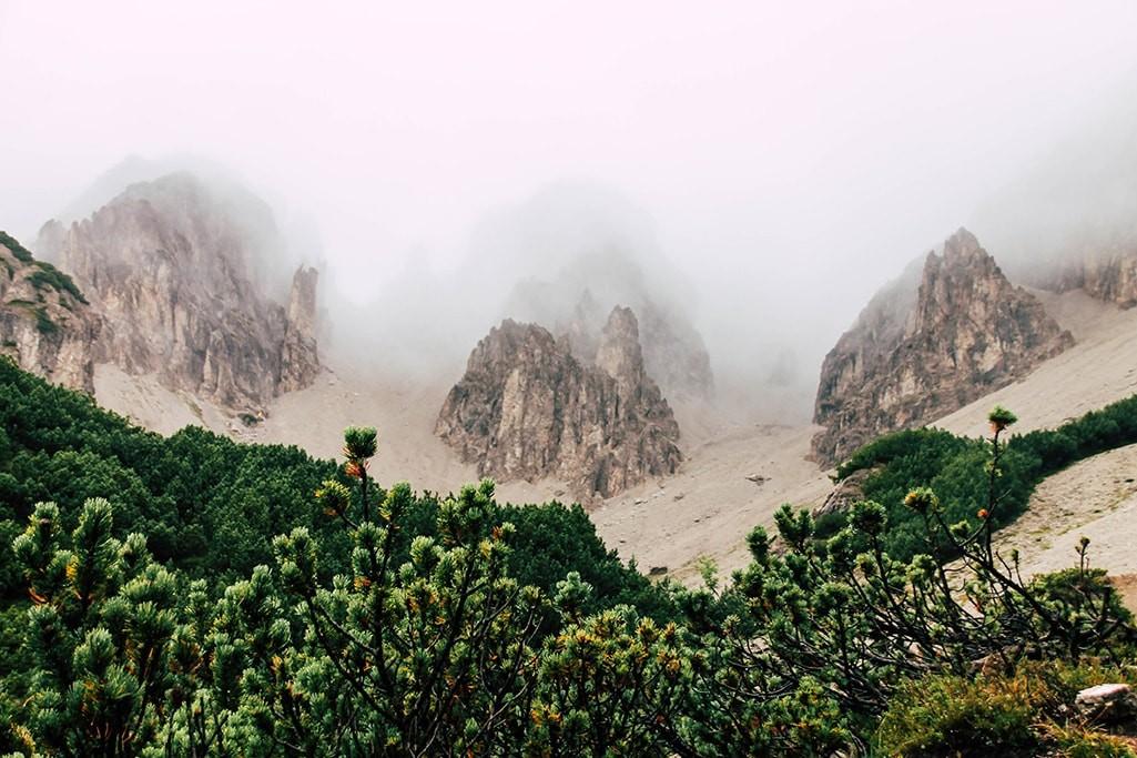 Bergspitzen im Nebel verhuehlt