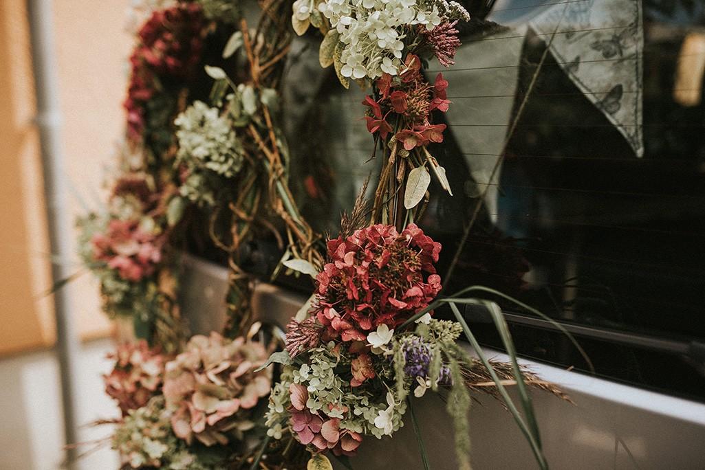 Peace-Zeichen an Hochzeitsauto