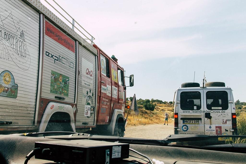 3 Fahrzeuge irgendwo im Hinterland Israels