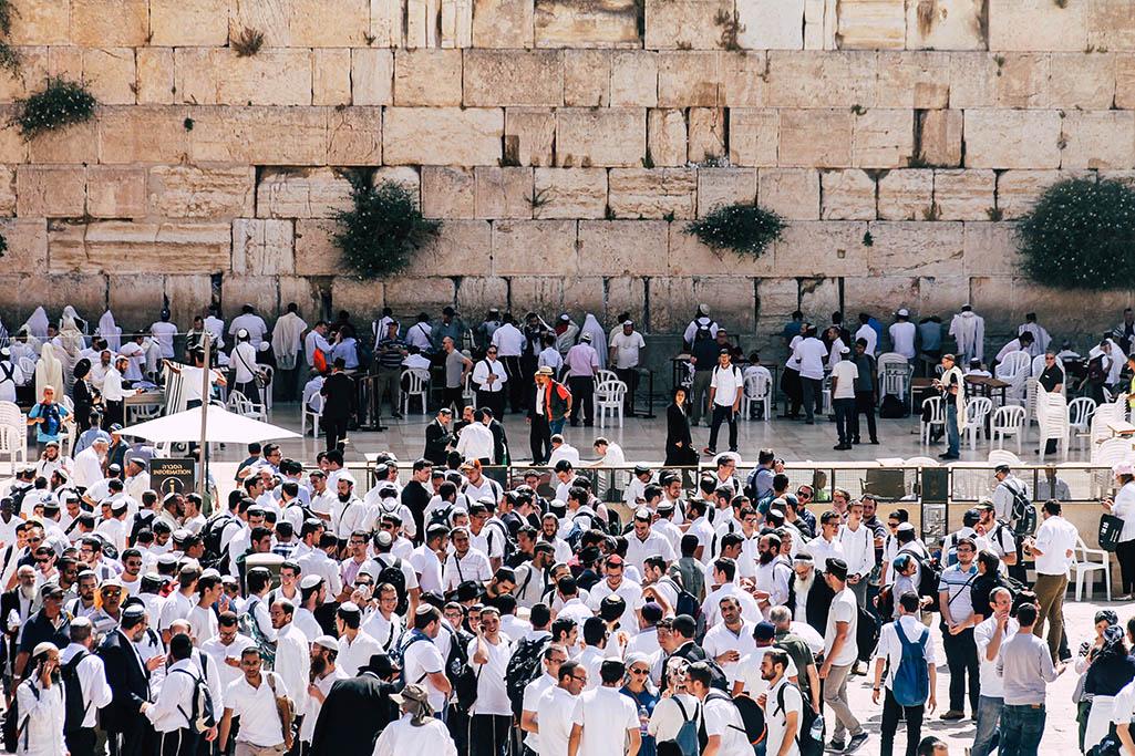 Maenner an der Klagemauer in Jerusalem