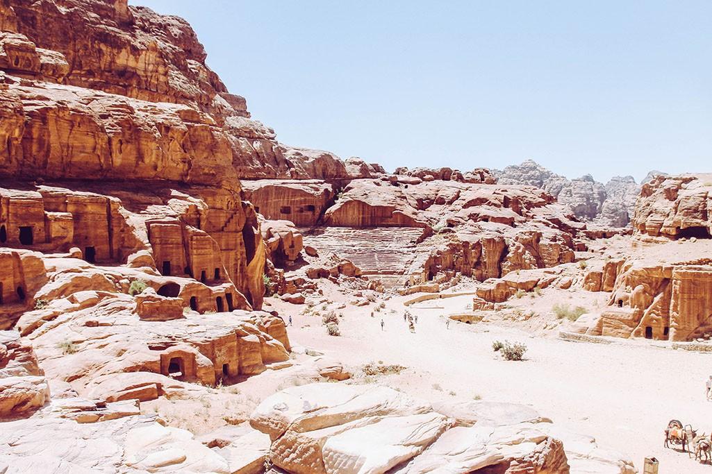 Blick auf das Roemische Theater in der Wuestenstadt Petra