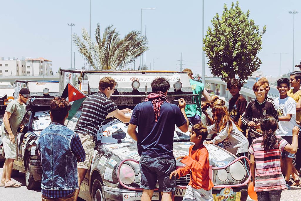 Menschen bekleben Auto